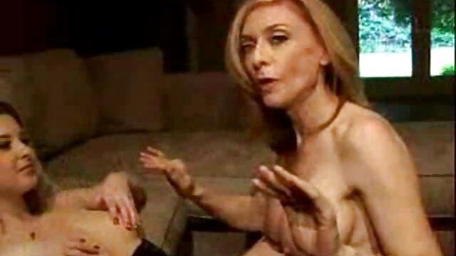 सेक्स कोई पंजीकरण  सोफे फुल सेक्सी फिल्में पर बैठे आकर्षक श्यामला